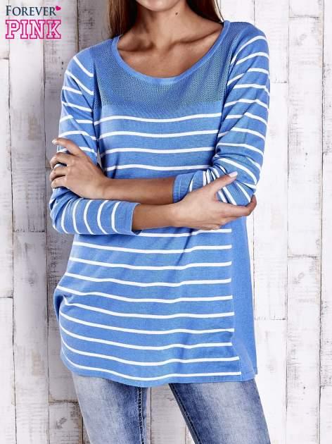 Niebieski luźny sweter w paski z ażurowym dekoltem                                  zdj.                                  1