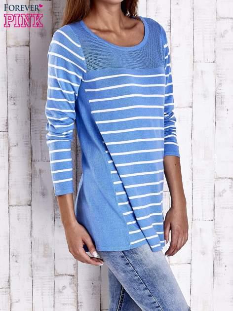 Niebieski luźny sweter w paski z ażurowym dekoltem                                  zdj.                                  3