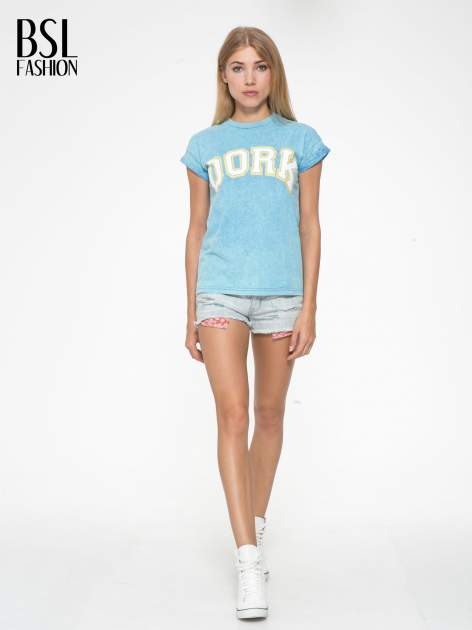 Niebieski marmurkowy t-shirt z nadrukiem DORK                                  zdj.                                  5