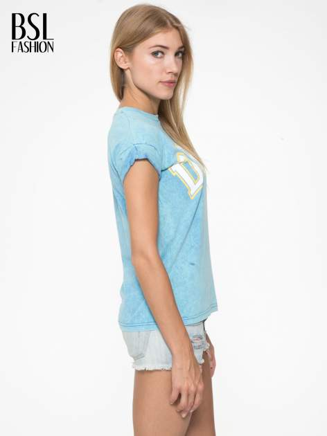 Niebieski marmurkowy t-shirt z nadrukiem DORK                                  zdj.                                  3