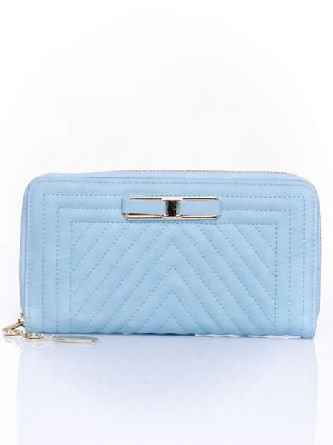 Niebieski pikowany portfel z ozdobną klamerką                                  zdj.                                  1