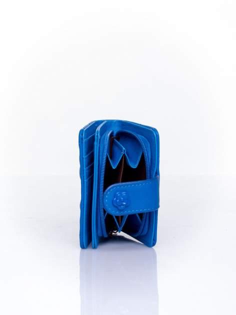 Niebieski pikowany portfel z ozdobnym zapięciem                                  zdj.                                  4