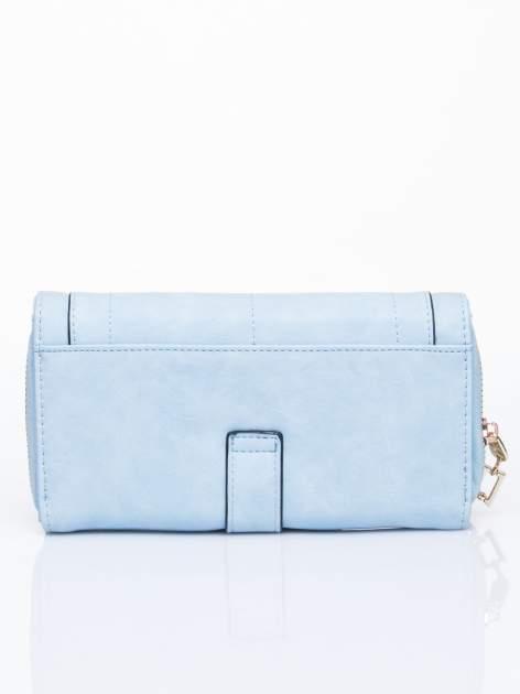 Niebieski portfel z dżetami i ozdobnym zapięciem                                  zdj.                                  2