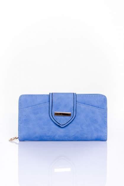 Niebieski portfel z ozdobnym zapięciem