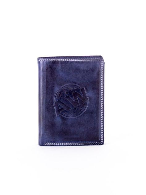 Niebieski skórzany portfel z okrągłym tłoczonym emblematem                              zdj.                              1