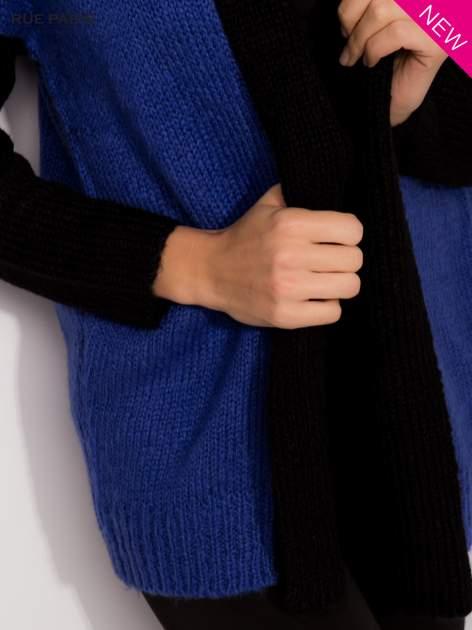 Niebieski sweter z kontrastowym pasem i rękawami                                  zdj.                                  6
