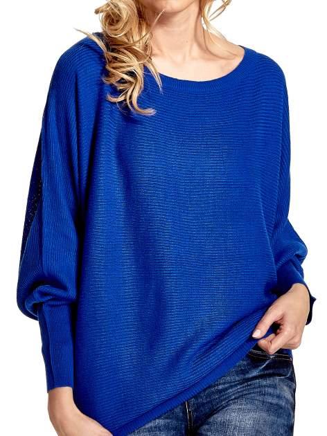 Niebieski sweter z nietoperzowymi rękawami                                  zdj.                                  5