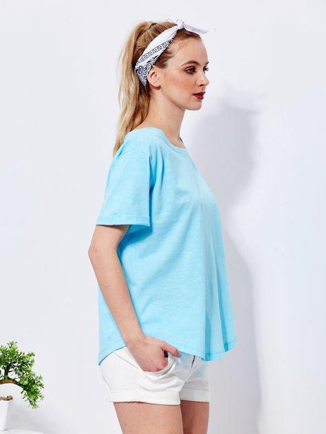 Niebieski t-shirt basic z podwijanymi rękawami                              zdj.                              5