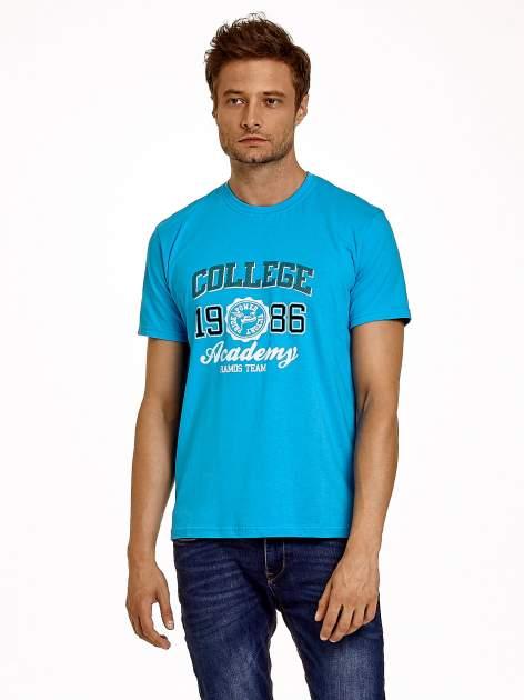Niebieski t-shirt męski z nadrukiem i napisem COLLEGE 1986                                  zdj.                                  1