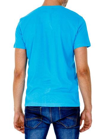 Niebieski t-shirt męski z nadrukiem napisów w sportowym stylu                                  zdj.                                  5