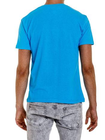 Niebieski t-shirt męski z napisami i liczbą 83                                  zdj.                                  2
