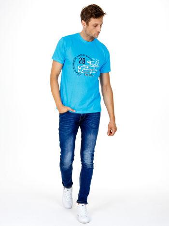 Niebieski t-shirt męski z napisem CHAMPION i liczbą 28                                  zdj.                                  4