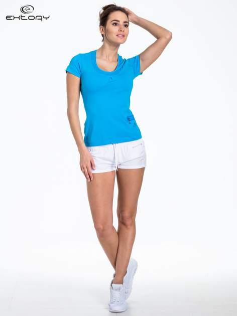 Niebieski t-shirt sportowy z kieszonką i ozdobnym dekoltem                                  zdj.                                  2