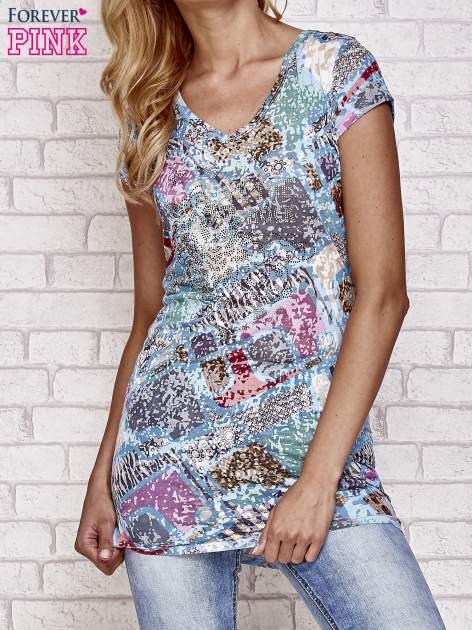 Niebieski t-shirt w patchworkowe wzory z dżetami                                  zdj.                                  1