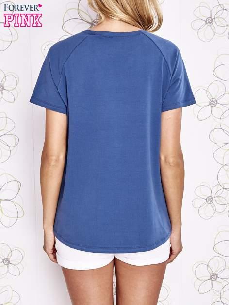 Niebieski t-shirt z aplikacją owadów                                   zdj.                                  4