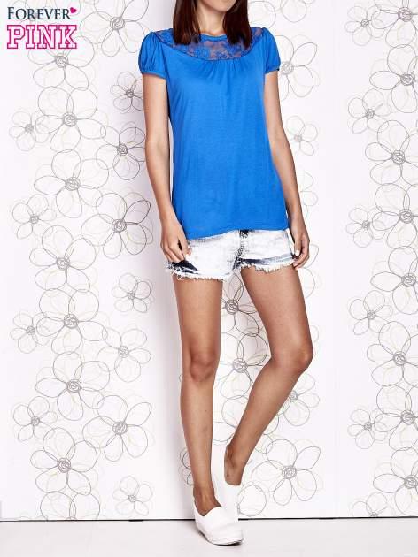 Niebieski t-shirt z ażurowym motywem                                  zdj.                                  6