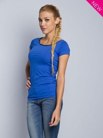 Niebieski t-shirt z czarną lamówką przy dekolcie                                  zdj.                                  1