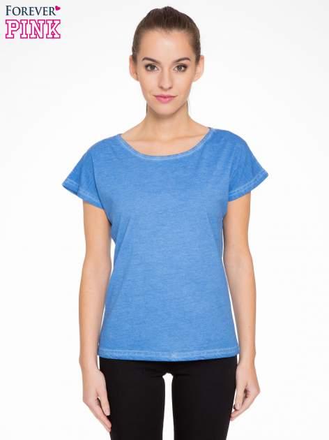Niebieski t-shirt z dekatyzowanym efektem