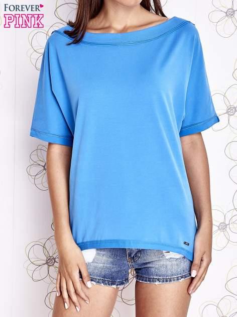 Niebieski t-shirt z dekoltem w łódkę                                  zdj.                                  1