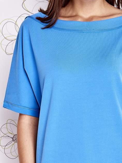 Niebieski t-shirt z dekoltem w łódkę                                  zdj.                                  5