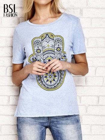 Niebieski t-shirt z egzotycznym nadrukiem dłoni i wycięciem na plecach