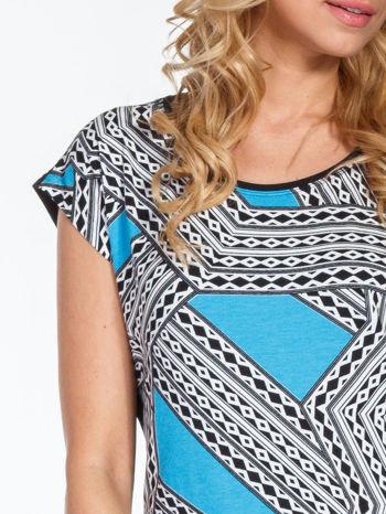 Niebieski t-shirt z geometrycznym nadrukiem                                  zdj.                                  5