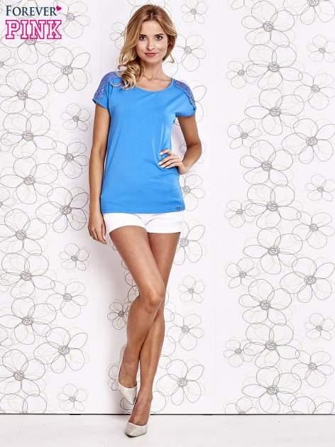 Niebieski t-shirt z koronkowym wykończeniem rękawów                                  zdj.                                  2