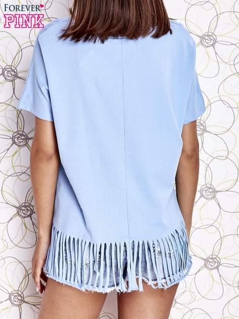Niebieski t-shirt z nadrukiem i frędzlami                                  zdj.                                  4