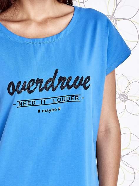 Niebieski t-shirt z napisem NEED IT LOUDER                                  zdj.                                  5