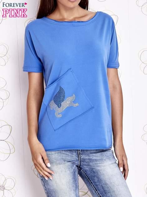 Niebieski t-shirt z ukośną kieszenią i dżetami