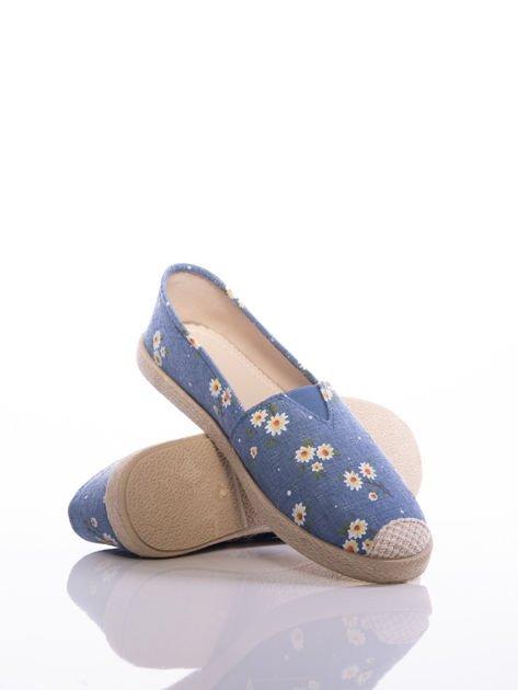Niebieskie espadryle z trójkątną gumowaną wstawką na przodzie w białe kwiatki                              zdj.                              4