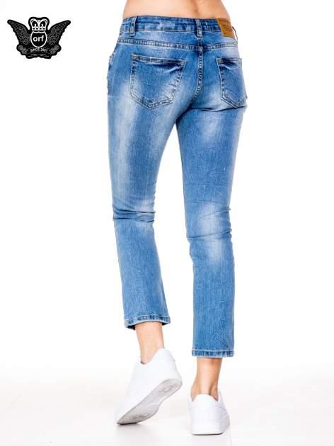 Niebieskie gniecione spodnie girlfriend jeans z dziurami                                  zdj.                                  4