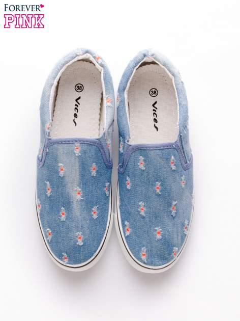 Niebieskie jeansowe buty slip on z przetarciami                                  zdj.                                  6
