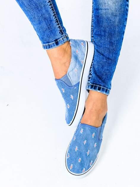 Niebieskie jeansowe buty slip on z przetarciami                                  zdj.                                  1