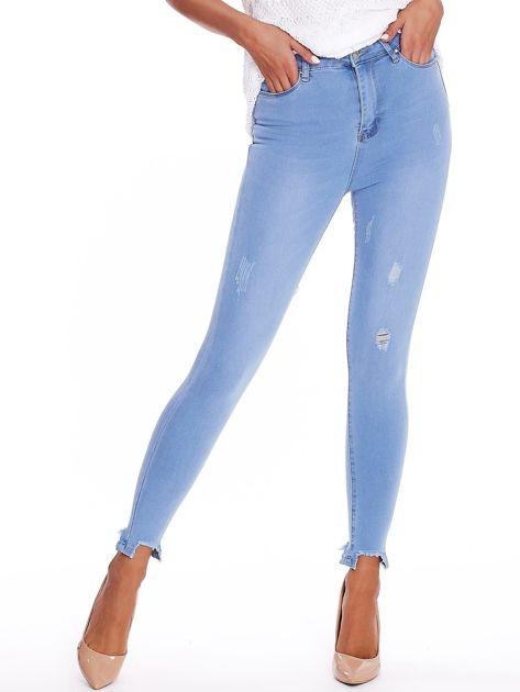 Niebieskie jeansowe rurki high waist z postrzępionymi nogawkami