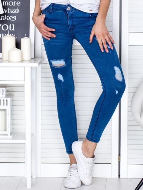 Niebieskie jeansowe rurki z przetarciami                              zdj.                              1