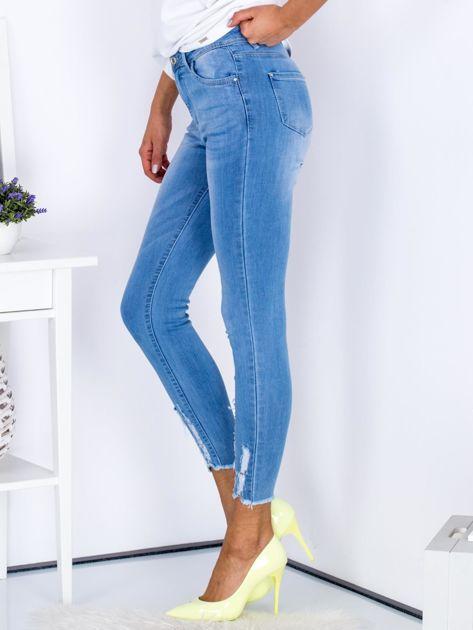 Niebieskie jeansowe rurki z rozdarciami na nogawkach                              zdj.                              3
