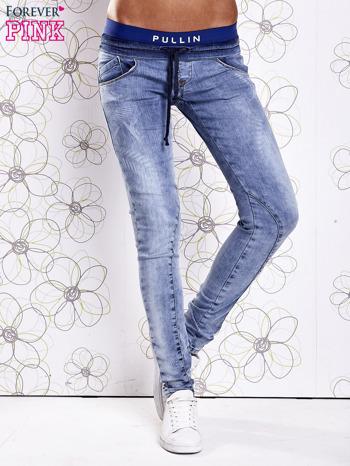 Niebieskie jeansowe spodnie na gumkę i z troczkami                                  zdj.                                  1
