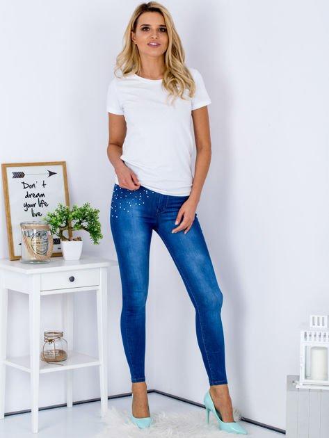 Niebieskie jeansowe spodnie skinny z perełkami na kieszeniach                              zdj.                              4