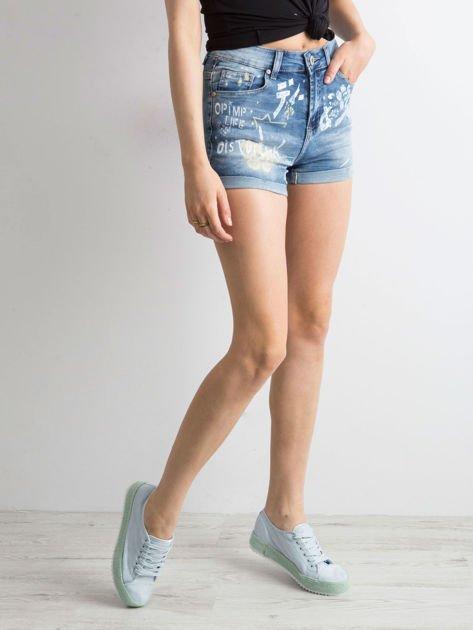 Niebieskie jeansowe szorty z nadrukami                              zdj.                              3