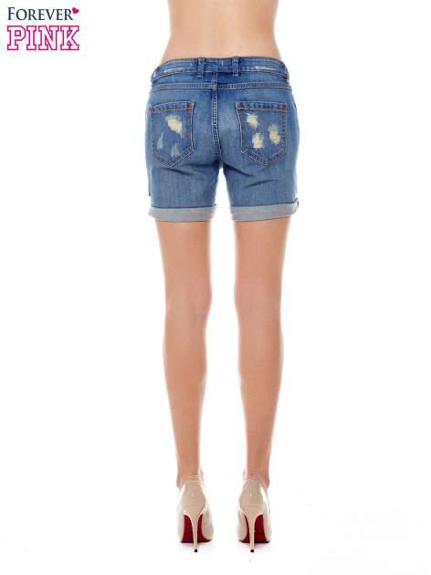 Niebieskie jeansowe szorty z podwijanymi nogawkami                                  zdj.                                  2