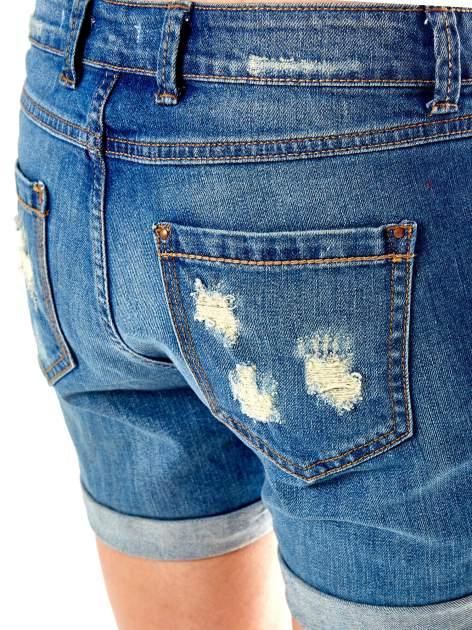 Niebieskie jeansowe szorty z podwijanymi nogawkami                                  zdj.                                  4