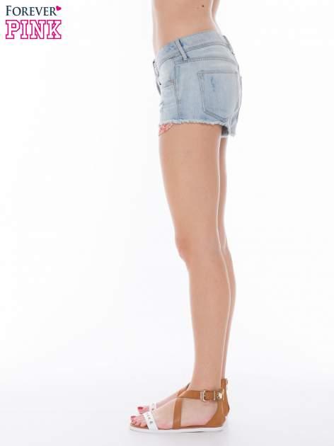 Niebieskie jeansowe szorty z wystającymi kieszeniami                              zdj.                              3