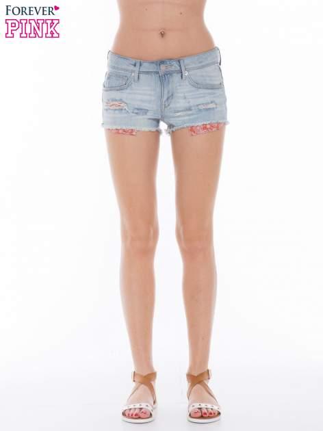 Niebieskie jeansowe szorty z wystającymi kieszeniami                              zdj.                              4