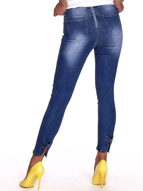 Niebieskie jeansy damskie slim fit z suwakiem z tyłu                              zdj.                              2