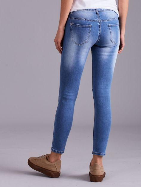 Niebieskie jeansy damskie z przetarciami                              zdj.                              4