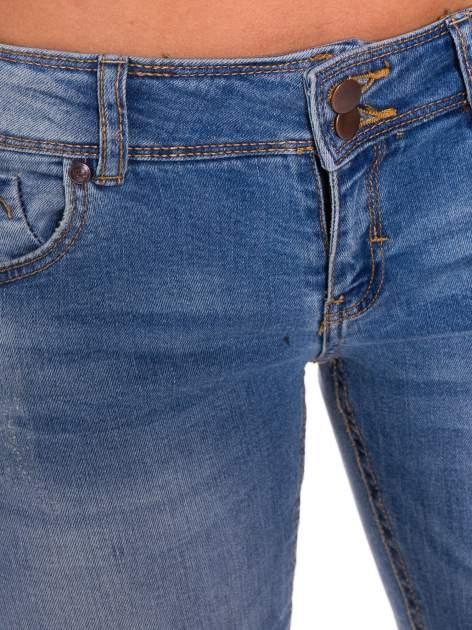 Niebieskie jeansy rurki wycierane                                  zdj.                                  4