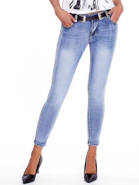Niebieskie jeansy rurki z paskiem                              zdj.                              1