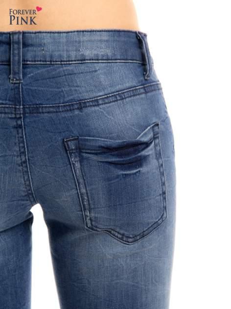 Niebieskie jeansy rurki z przetarciami                                  zdj.                                  7
