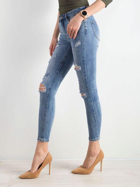 Niebieskie jeansy z dziurami                              zdj.                              3